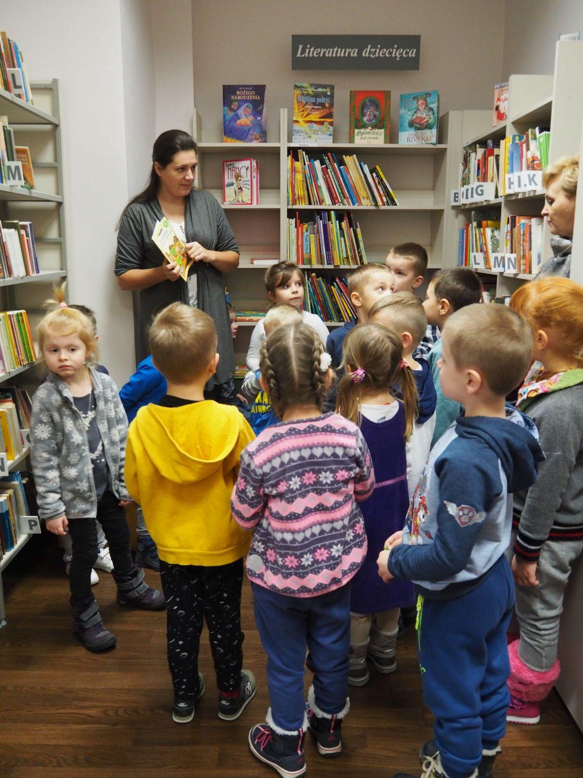 Wycieczka dzieci z grupy Niebieskiej do Miejskiej Biblioteki w Jarosławiu na osiedlu Kopernika