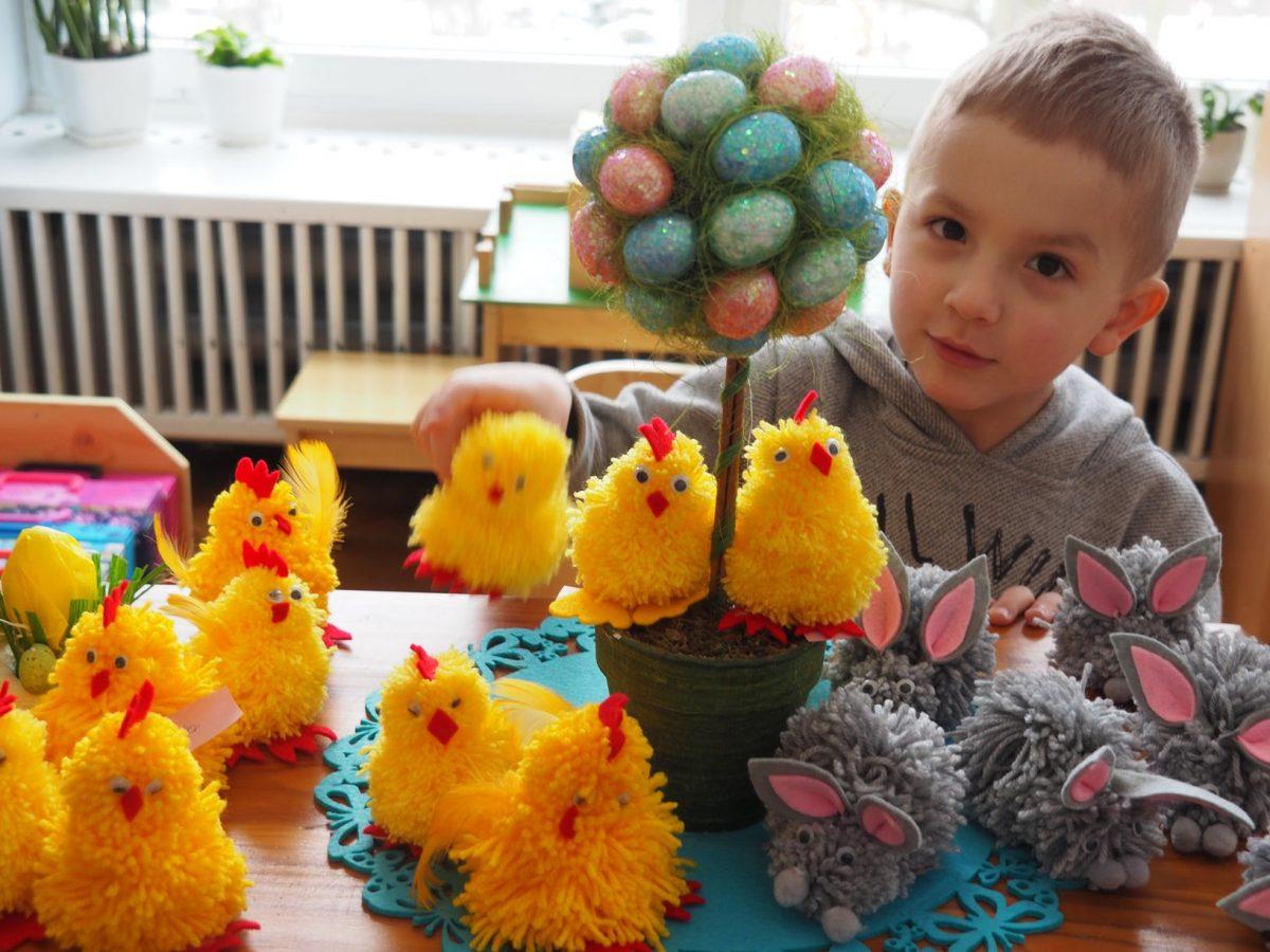 Dzieci z grupy Niebieskiej wykonują dekoracje wiosenne.