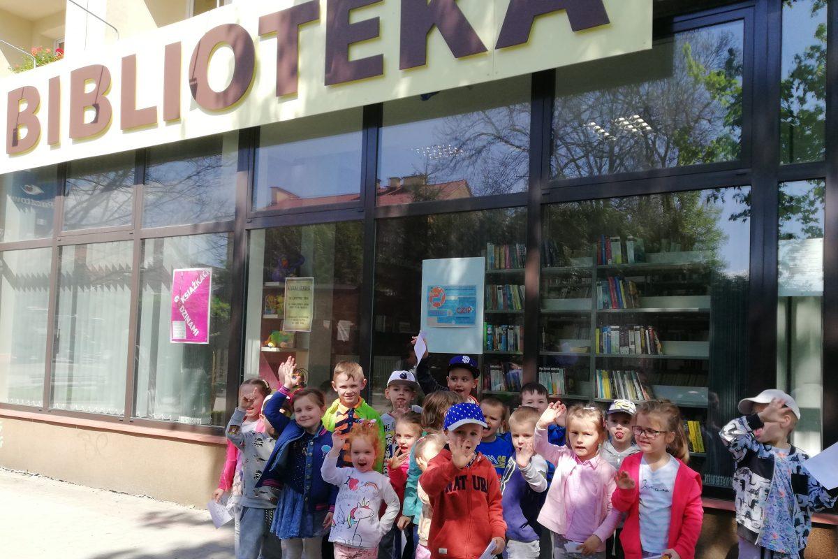 """""""Kto czyta książki, ten żyje podwójnie"""" – wizyta przedszkolaków w bibliotece."""