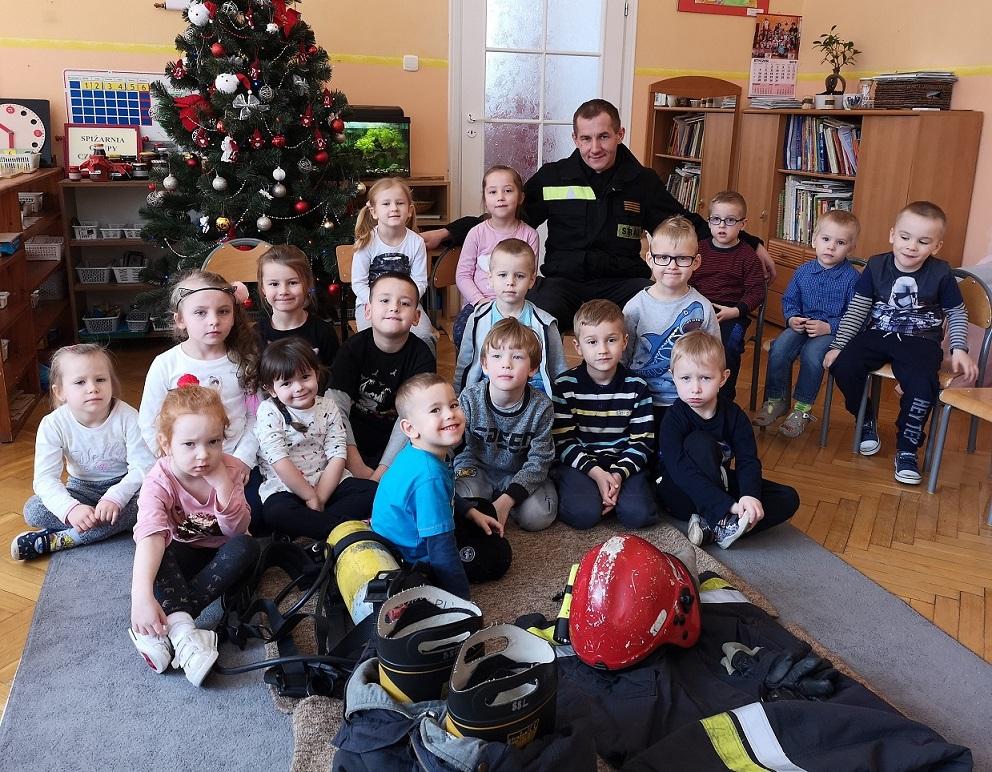 Lekcja ze strażakiem w grupie Czerwonej