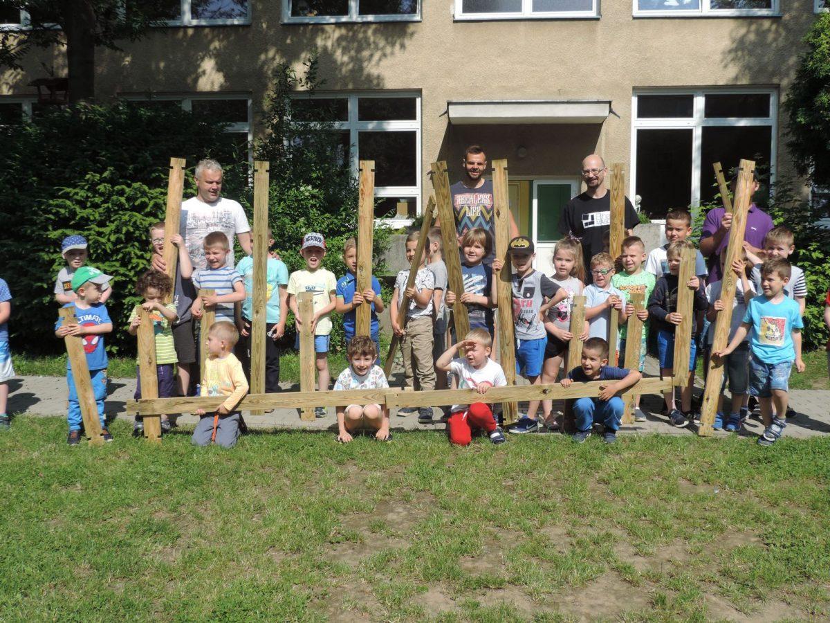 """Dzieje się. Prace dzieci i rodziców w przedszkolnym ogrodzie. Zajęcia edukacyjne prowadzone w ramach projektu:  """"Działam- doświadczam-odkrywam"""""""