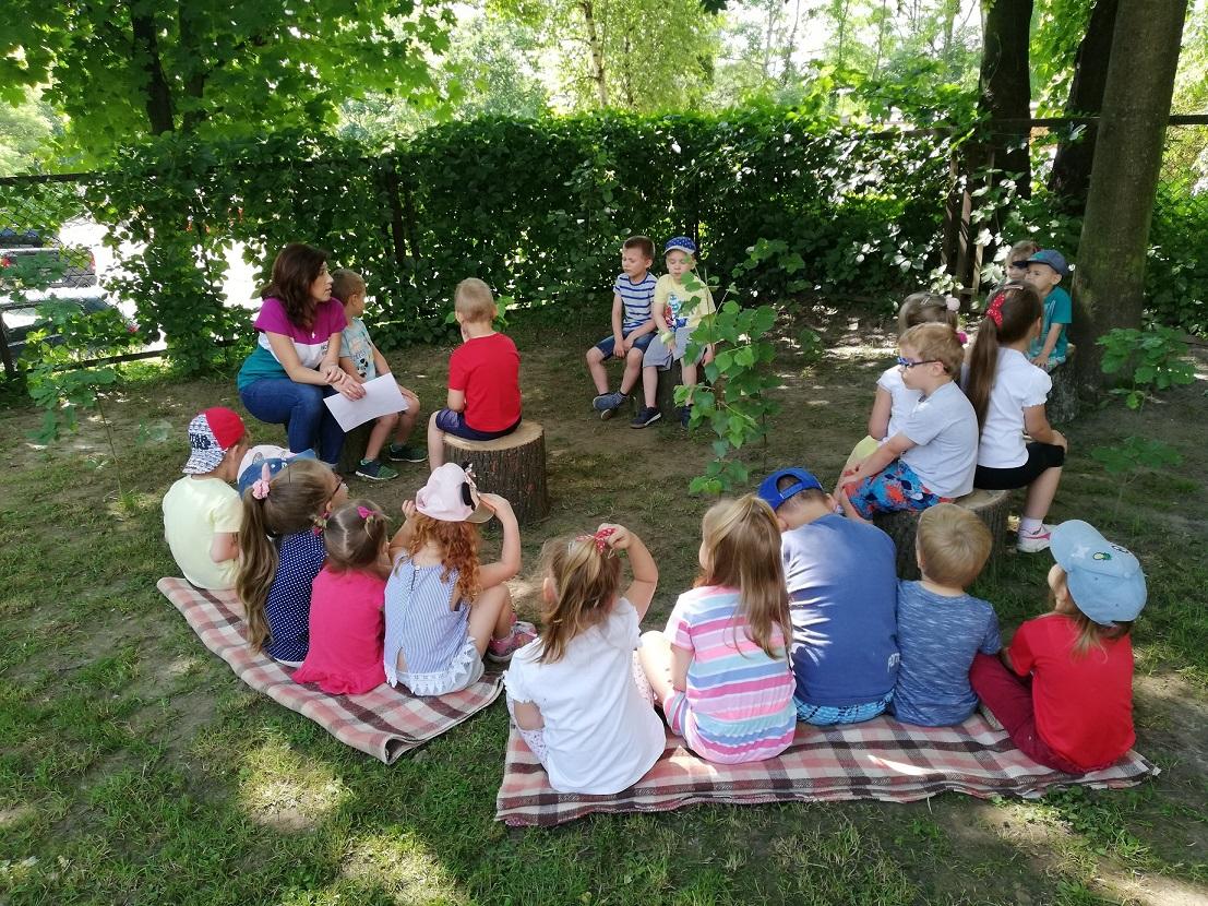 """Obserwacje i lekcja ciszy w ogrodzie – w ramach projektu """"Działam-doświadczam-odkrywam"""""""