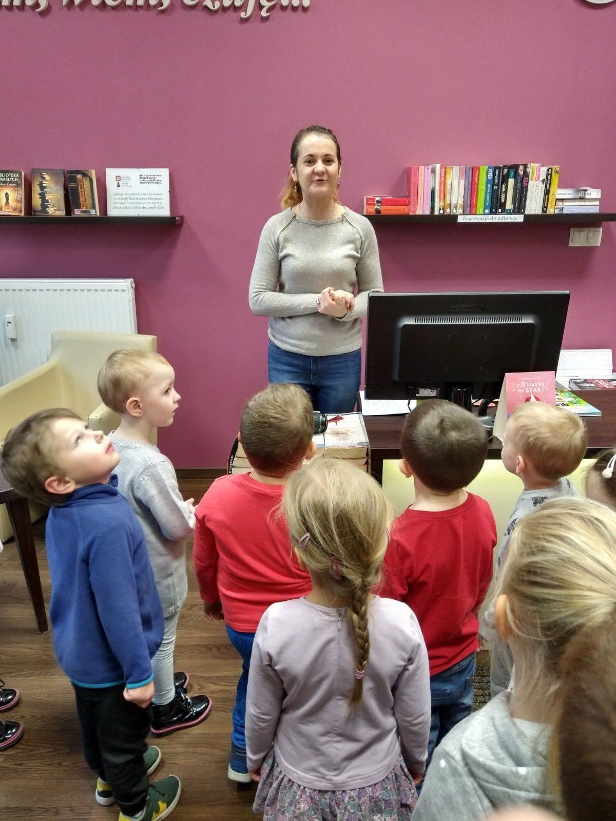 Wycieczka dzieci z grupy Żółtej do biblioteki