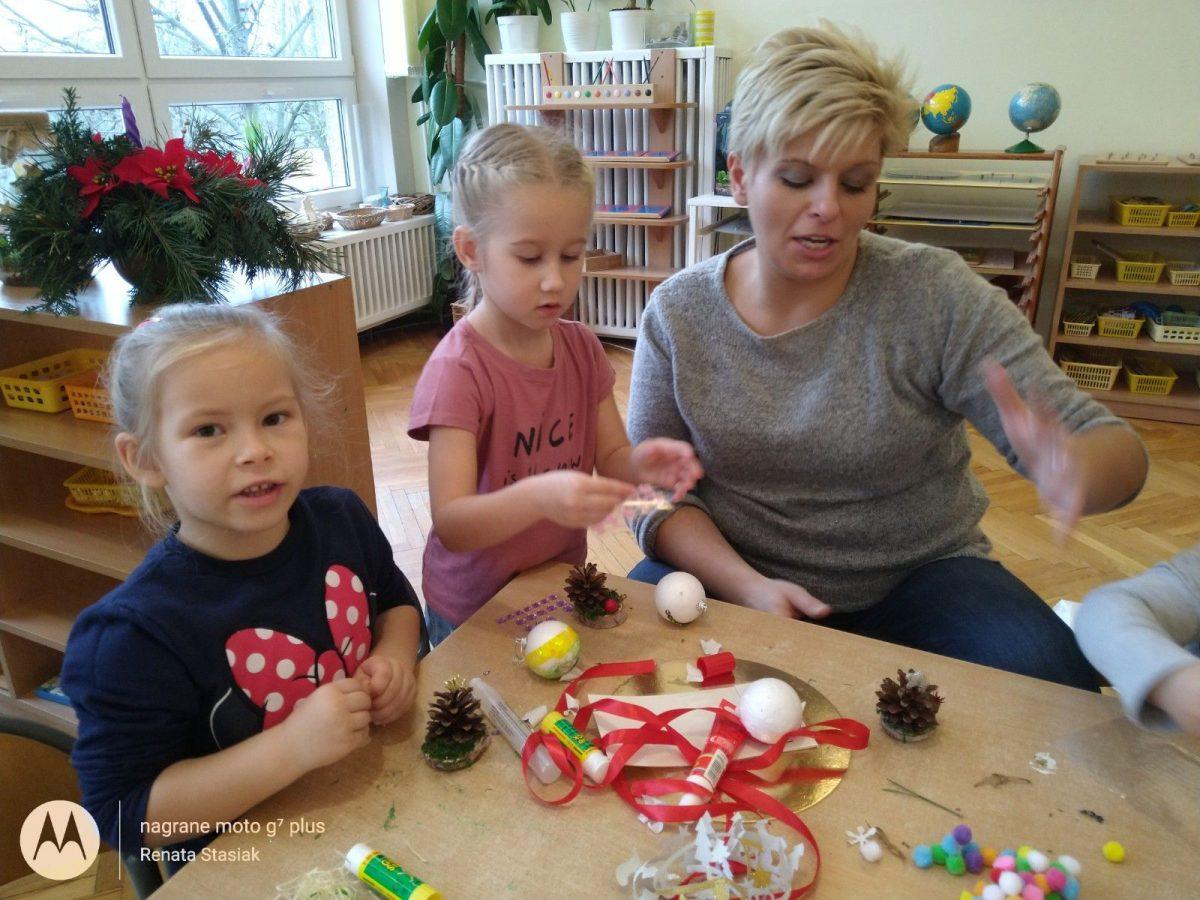 Dzieci z grupy Żółtej wspólnie z rodzicami wykonują ozdoby świąteczne