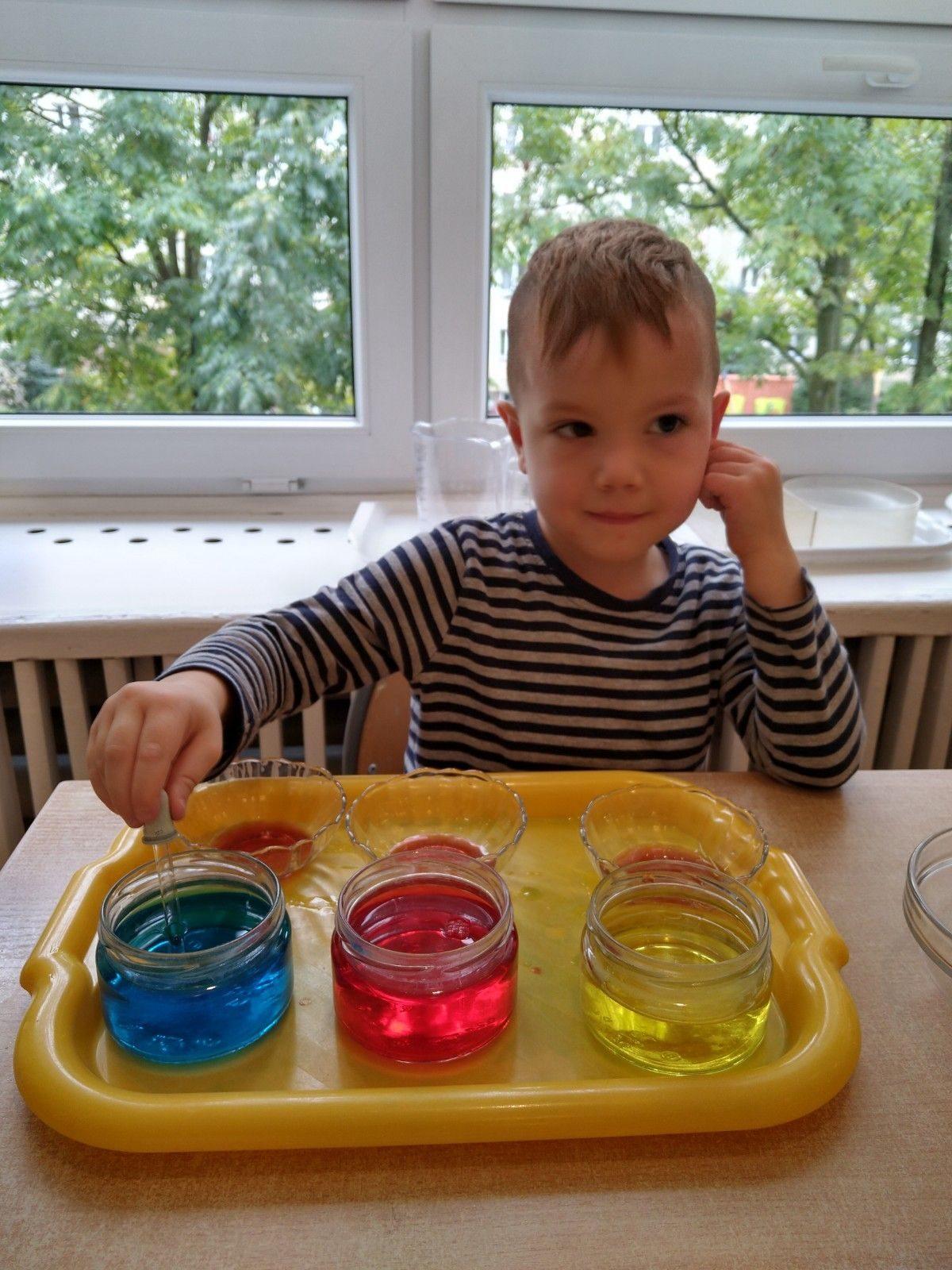 Doświadczenia z wodą- mieszanie podstawowych kolorów.